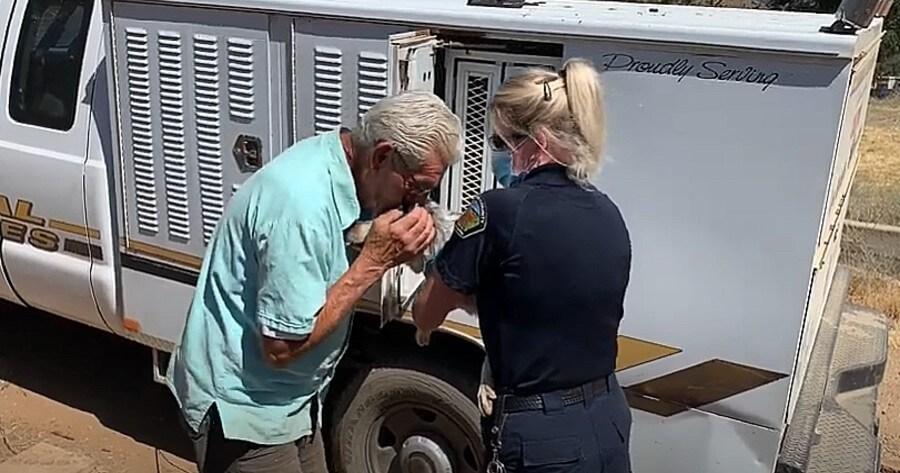hombre acaricia perro rescatado incendio