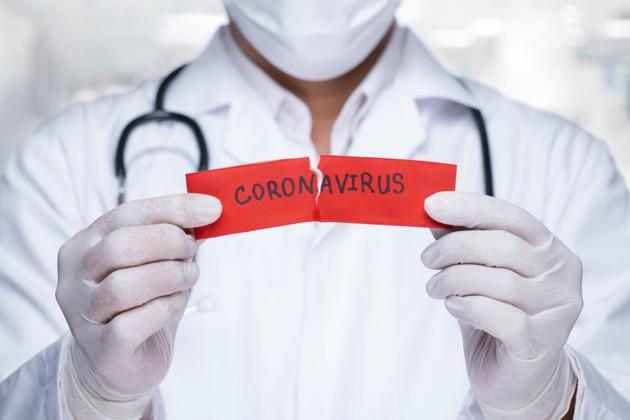 medico-mostra-frase-coronavirus
