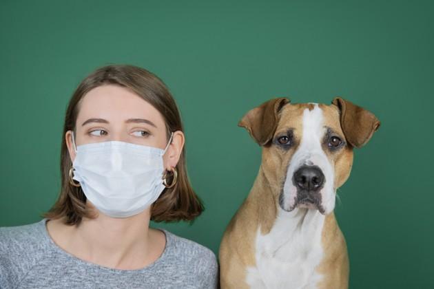 donna-con-cane-vicino-indossa-mascherina