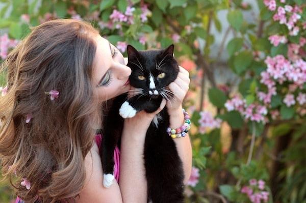 mujer besa gato
