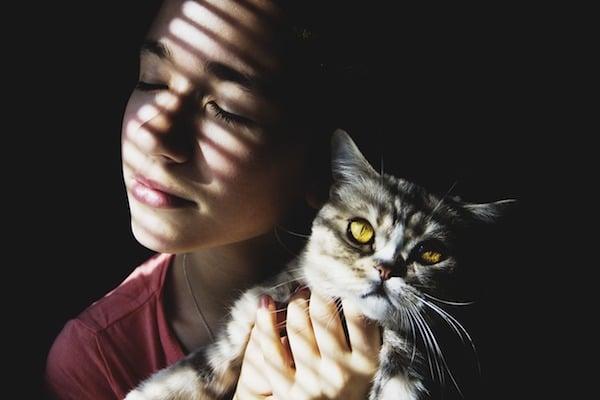 mujer abraza gato