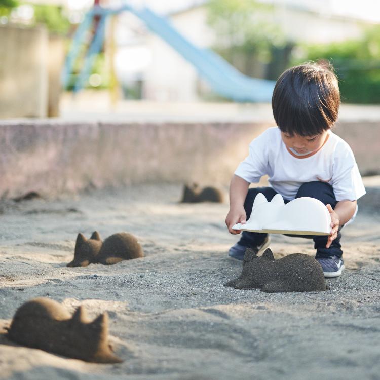 Un niño jugando con el molde de gato
