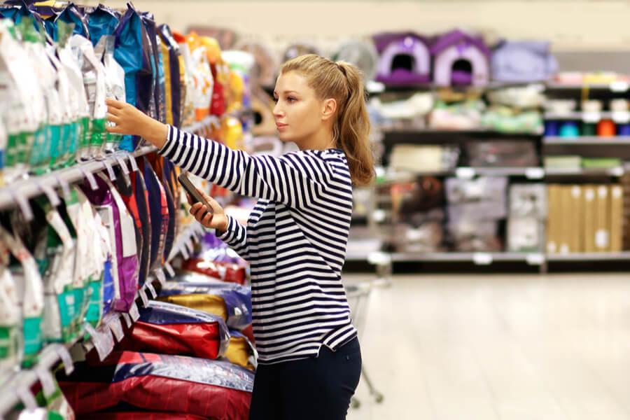 Frau kauft Tierfutter