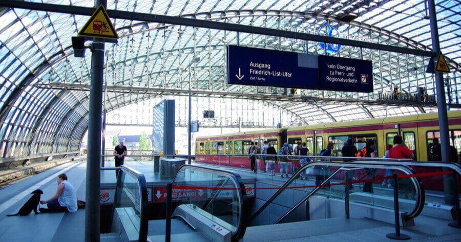Mit Hund am Berliner Hauptbahnhof