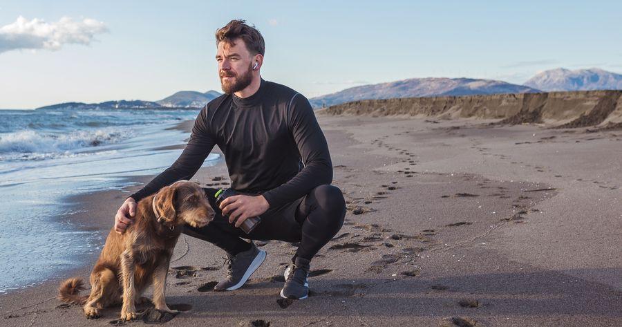 Hund nach Sport am Strand
