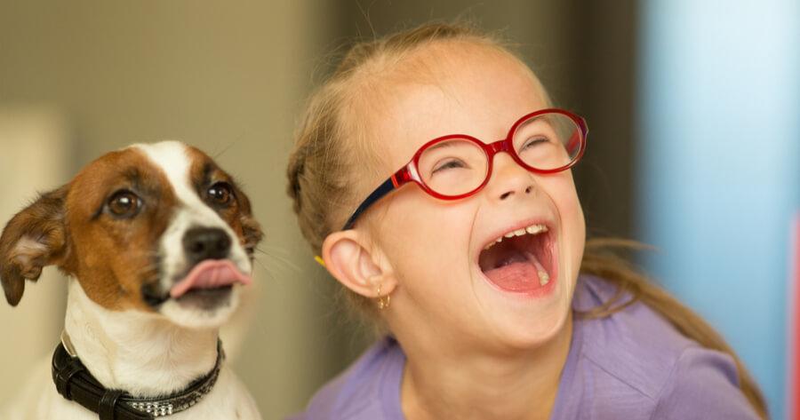 Mädchen mit Downsyndrom und Hund