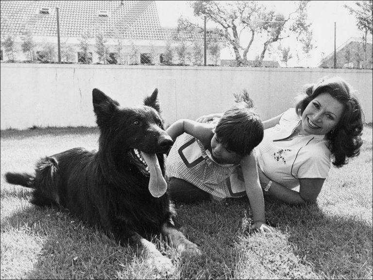 rocio jurado junto a su hija rocio carrasco y su perro