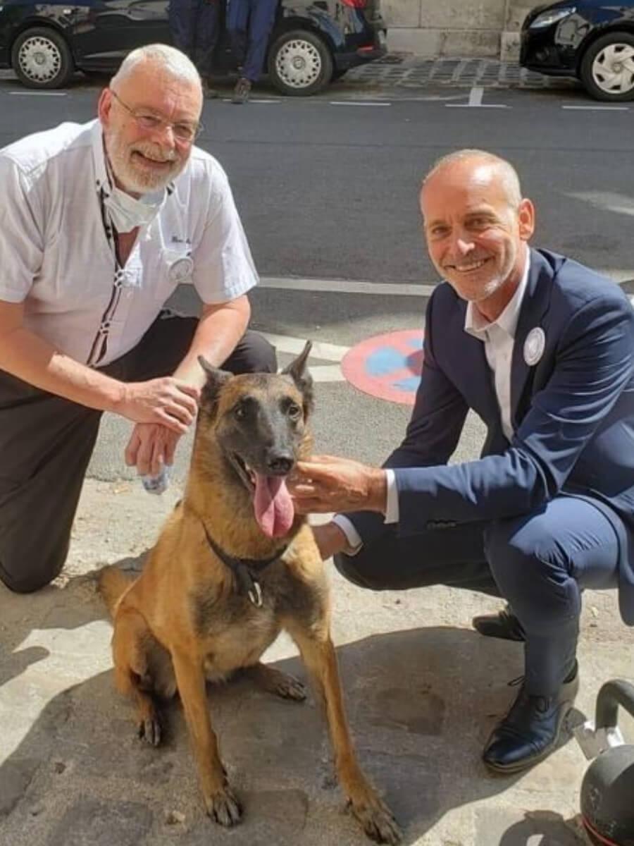 Dominique Grandjean e il deputato Loïc Dombreval con uno dei cani da test