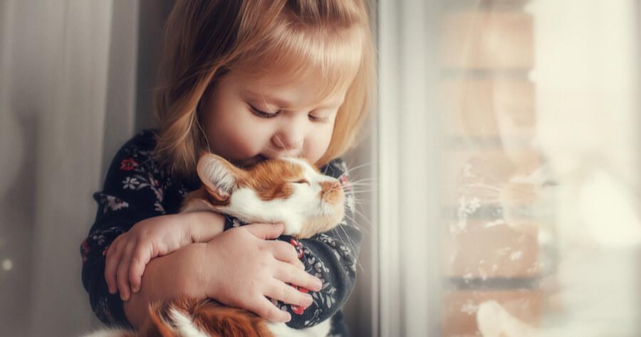 bambina-da-un-bacio-al-gatto