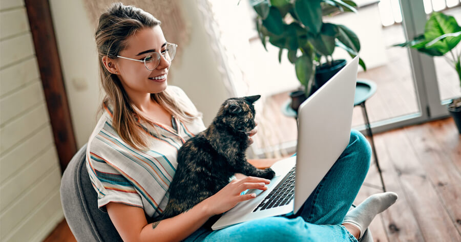 donna e gatto al pc