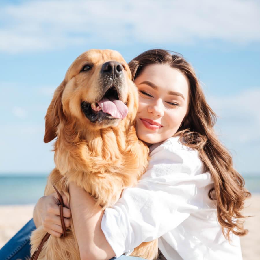 ragazza-felice-con-cane