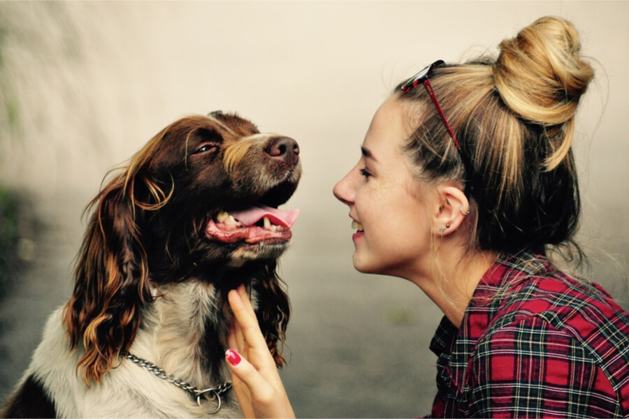 uśmiechnięta kobieta z psem