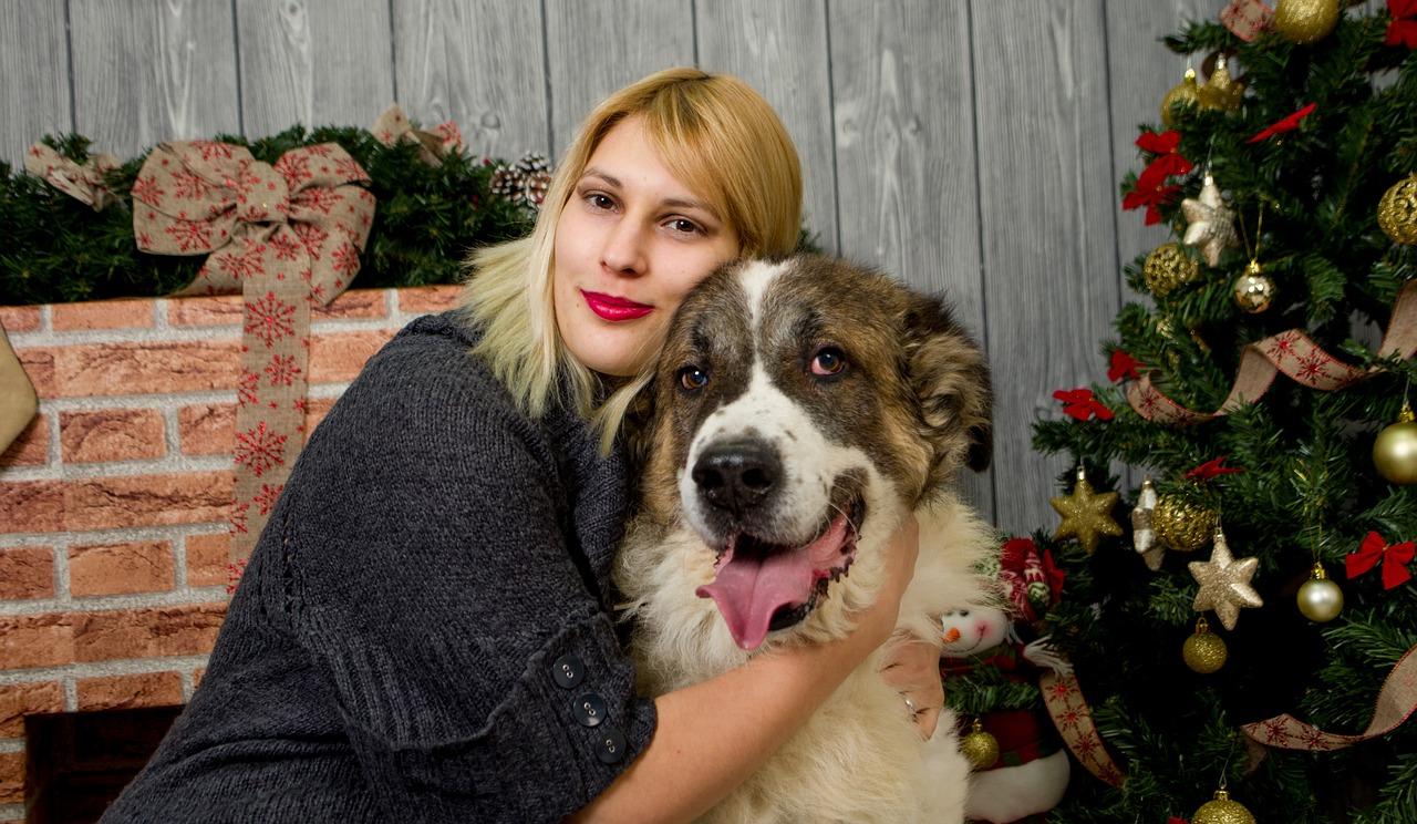 mujer abraza al perro que acaba de adoptar