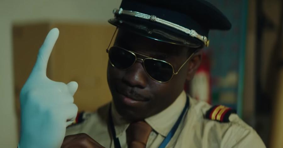 oficial de seguridad poniendose el guante