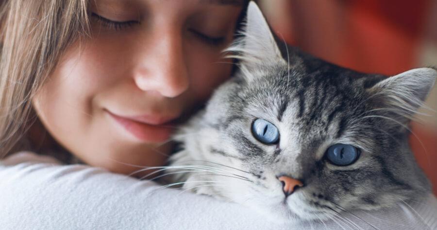 ragazza-che-abbraccia-un-gatto-dagli-occhi-blu
