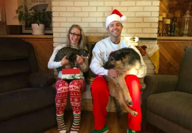 la familia en navidad con sus animales