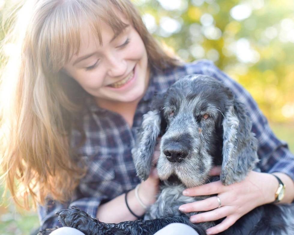 hija mayor sonriendo con su perro