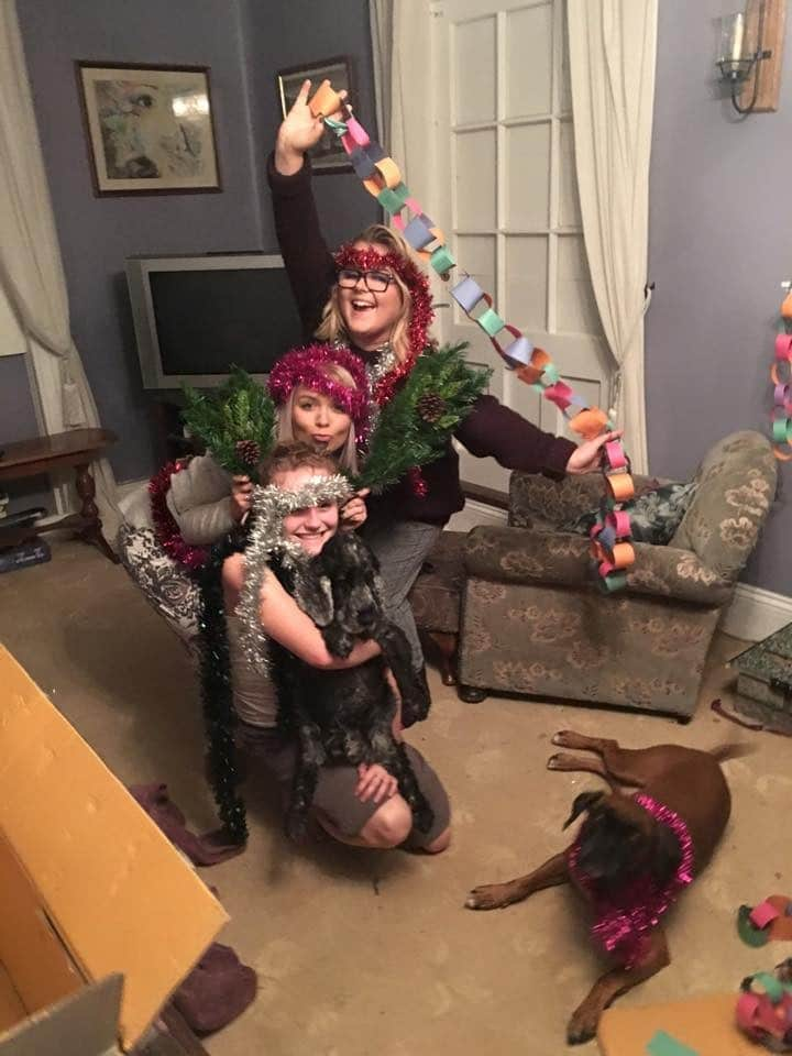 fiesta de navidad madre con dos hijas y perro