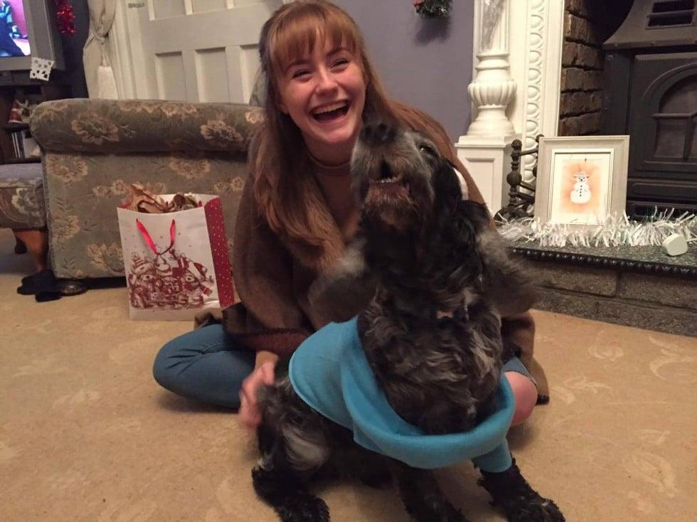 hija mayor con perro ladrando