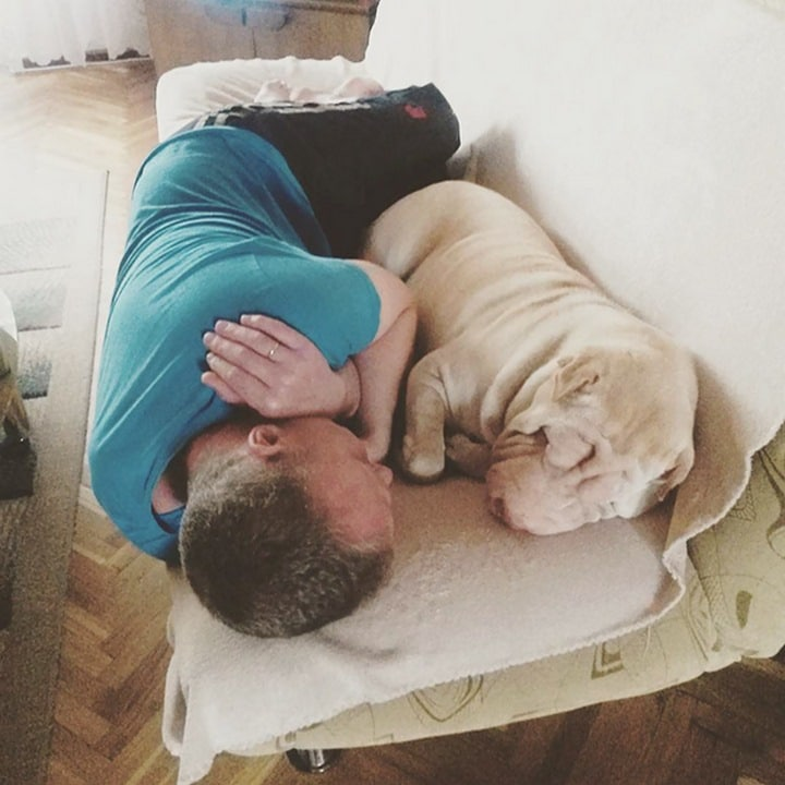 padre perro durmiendo juntos