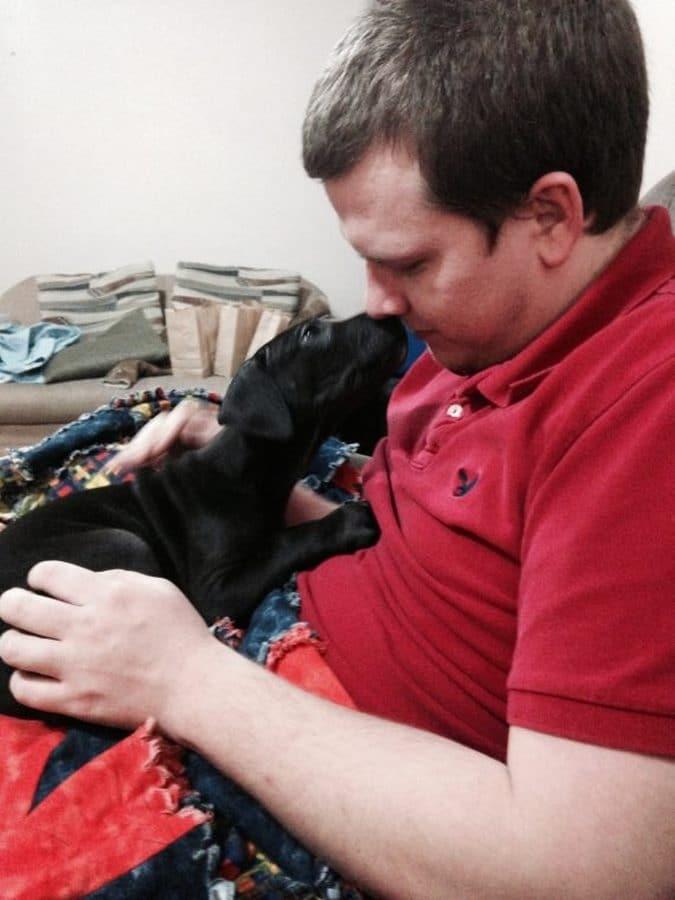 perro y humano beso