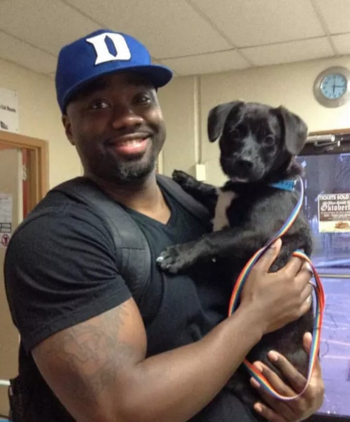 perro con su nuevo padre