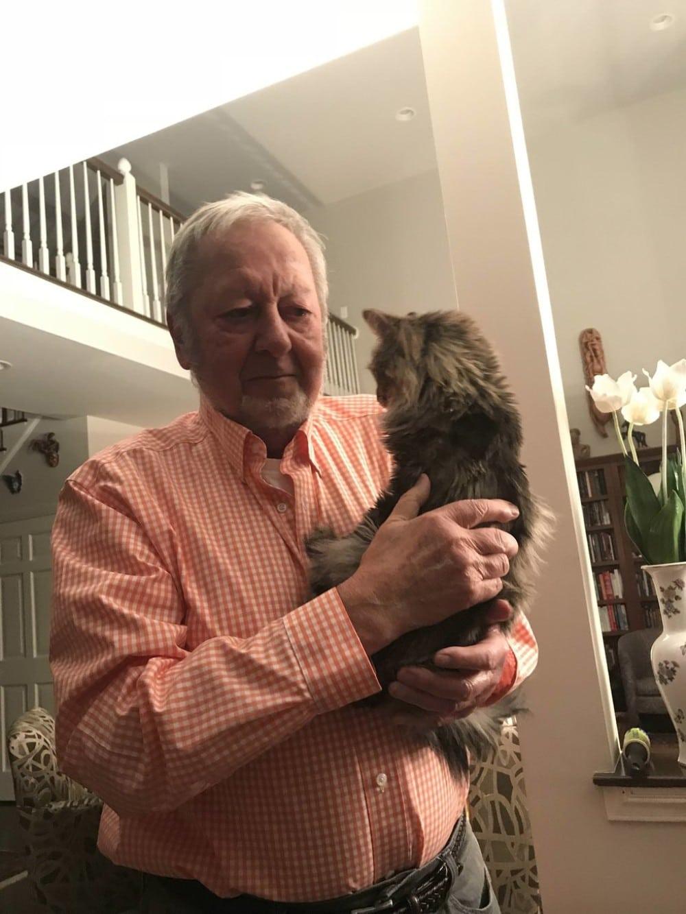 abuelo con gato