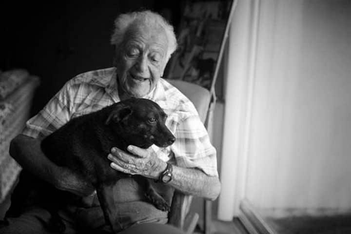 humano perro sonrien juntos Lionel's Legacy