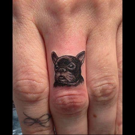 tatuaje bulldog frances negro dedo de la mano