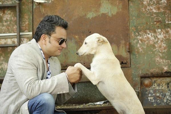 Padrone tiene per le zampe il suo cane