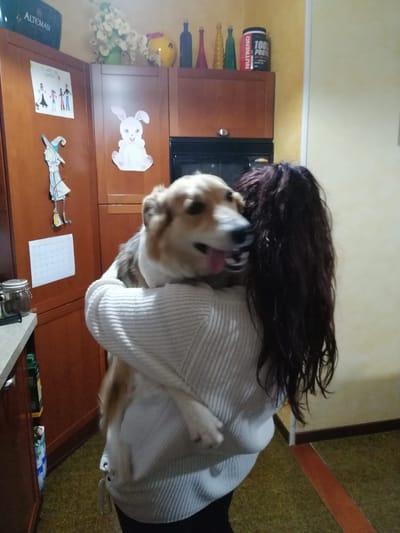 romina vigani abbraccia il suo cane