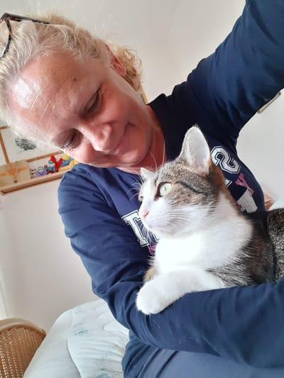 serenella papa con la sua gatta