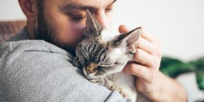 uomo-abbraccia-un-gatto.jpg