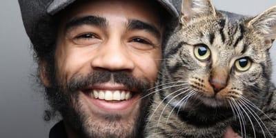 gatto tigrato con uomo sorridente