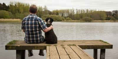 uomo-e-cane-di-spalle-vicini-guardano-fiume.jpg