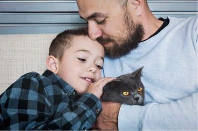padre e hijo con gato