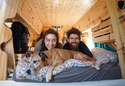 Le Van Migrateur pareja viaja perro furgoneta