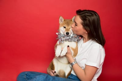dueña besando a su perro