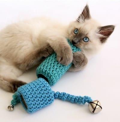 Juguete de ganchillo para gatos