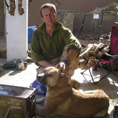 soldato accarezza un cane