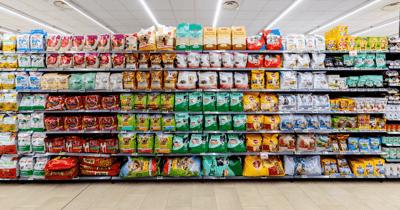 Supermarktstelling met verschillende soorten hondenvoer