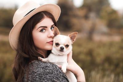 ragazza-con-chihuahua-in-braccio