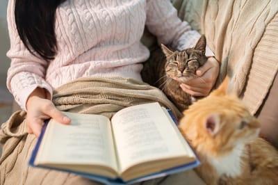 kobieta-z-kotem-czyta