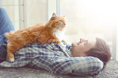 mezczyzna z kotem