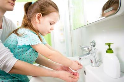 dziewczynka myje ręce
