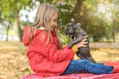 dziewczynka i szczeniak