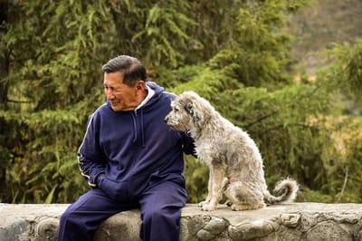 emeryt z psem