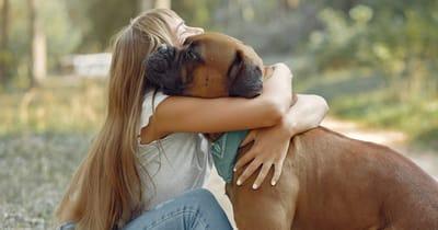padrona abbraccia cane in vacanza