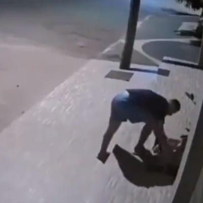 hombre arropando al perro