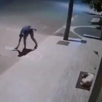 hombre recoge manta de la calle